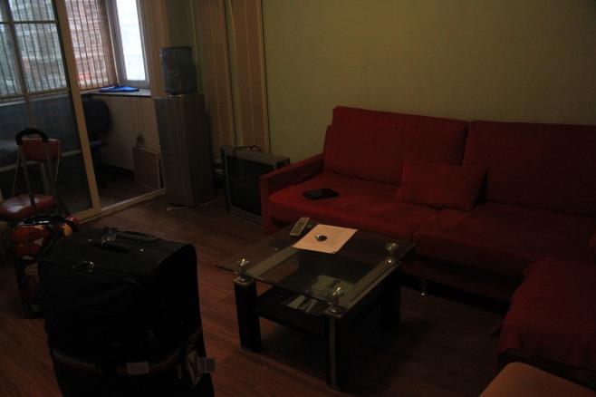 """Das ist direkt neben der Tür (man hat den Hocker neben der Tür im Bild zuvor gesehen). Das Sofa und der Zugang zu unserem """"Kabuff"""", wie wir es benannt haben."""